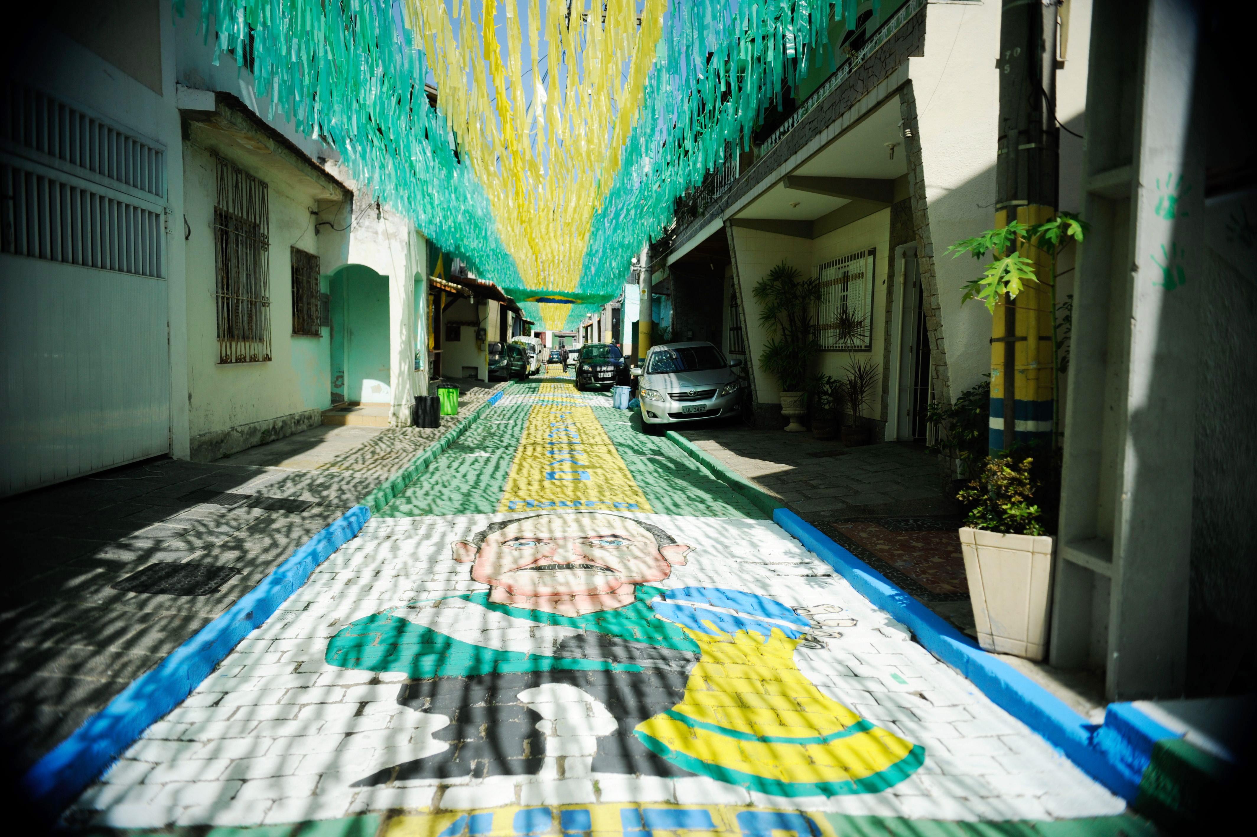 Rua-decorada-para-a-Copa-do-Mundo-de-2014-Rio-de-Janeiro-201405050004